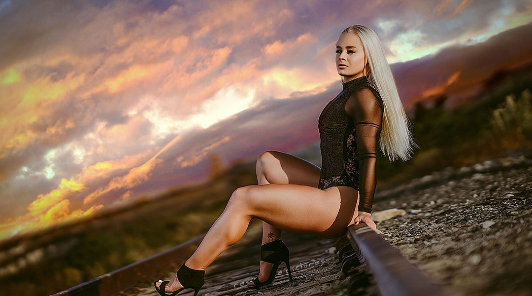 blonde-model-muscular-legs-under-an-orange-sky